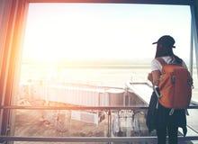Mujer del viajero en la ventana del aeropuerto, Imágenes de archivo libres de regalías