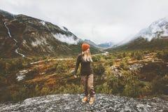 Mujer del viajero que camina solamente en montañas de niebla del bosque Fotos de archivo libres de regalías