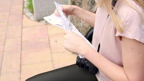 Mujer del viajero que marca una ruta en mapa almacen de metraje de vídeo
