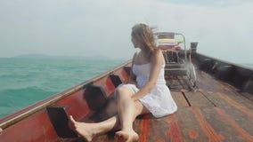 Mujer del viajero que mira la isla del destino y que se relaja en el barco de madera Viaje en Tailandia, las vacaciones de verano almacen de metraje de vídeo