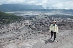Mujer del viajero y humo del volcán fotografía de archivo libre de regalías