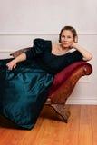 Mujer del victorian del retrato que se inclina en el sofá de desfallecimiento foto de archivo libre de regalías