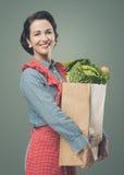 Mujer del vintage con el bolso de ultramarinos Imagen de archivo libre de regalías