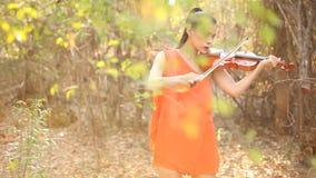 Mujer del violinista en la puesta del sol metrajes