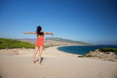 Mujer del vuelo en la playa de Bolonia Fotografía de archivo