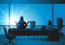 Mujer del zen que se sienta en su escritorio en la posición de la yoga ilustración del vector