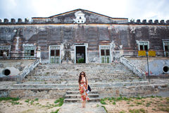 Mujer delante de la casa pasada de moda Fotos de archivo