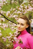 Mujer delante de los flores de sakura Imágenes de archivo libres de regalías
