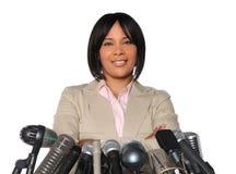 Mujer delante de los micrófonos Fotos de archivo