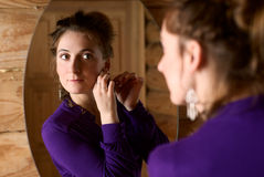 Mujer delante de un espejo. Fotografía de archivo