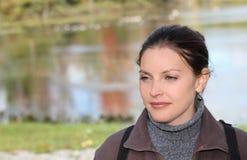Mujer delante de un lago Imagenes de archivo