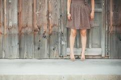 Mujer delante de una pared de madera Imagenes de archivo