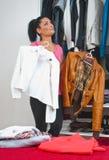 Mujer delante del armario por completo de la ropa Imágenes de archivo libres de regalías