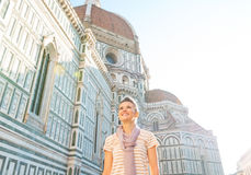 Mujer delante del cattedrale en Florencia, Italia Imagen de archivo