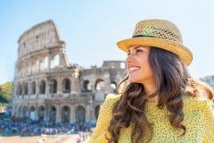 Mujer delante del colosseum en Roma, Italia Imágenes de archivo libres de regalías