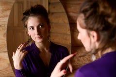Mujer delante del espejo. Imagenes de archivo