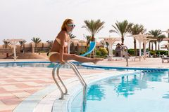 Mujer delgada alegre en los carriles de la piscina Imagen de archivo