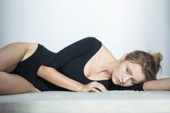 Mujer delgada con los complejos Fotos de archivo
