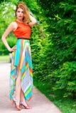 Mujer delgada de moda en un vestido brillante Imágenes de archivo libres de regalías