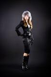 Mujer delgada en casquillo negro de la ropa y de la piel fotos de archivo libres de regalías