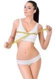 Mujer delgada en la ropa interior blanca y la medida alrededor Imagen de archivo libre de regalías