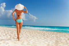 Mujer delgada en sombrero en la playa Imagen de archivo libre de regalías
