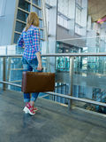 Mujer delgada hermosa en el pasillo del aeropuerto Ella viaja con un VI Imágenes de archivo libres de regalías