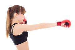 Mujer delgada hermosa en los guantes de boxeo aislados en blanco Fotografía de archivo