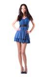 Mujer delgada joven en alineada azul imagen de archivo libre de regalías