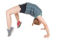 Mujer delgada joven que hace la gimnasia Foto de archivo