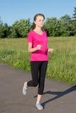 Mujer delgada que corre en parque Fotografía de archivo