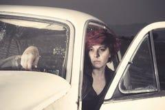 Mujer dentro de un coche viejo Imagenes de archivo