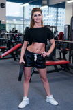 Mujer deportiva atractiva que hace ejercicio de la aptitud del poder en el gimnasio del deporte Muchacha hermosa que se resuelve  Imagen de archivo