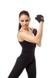 Mujer deportiva atractiva que presenta en soporte del boxeo Foto de archivo libre de regalías