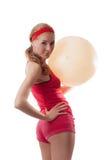 Mujer deportiva con la bola de la aptitud Foto de archivo libre de regalías