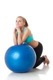 Mujer deportiva con la bola gimnástica Foto de archivo
