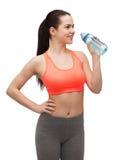 Mujer deportiva con la botella de agua Foto de archivo