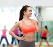 Mujer deportiva con la botella de agua Imagenes de archivo
