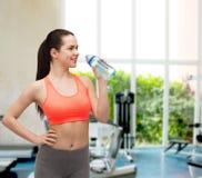 Mujer deportiva con la botella de agua Imagen de archivo