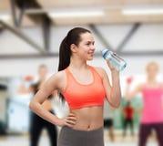 Mujer deportiva con la botella de agua Fotografía de archivo libre de regalías