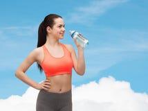 Mujer deportiva con la botella de agua Imagen de archivo libre de regalías