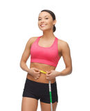 Mujer deportiva con la cinta métrica Foto de archivo