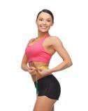 Mujer deportiva con la cinta métrica Imágenes de archivo libres de regalías