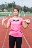 Mujer deportiva con la cinta métrica Imagenes de archivo