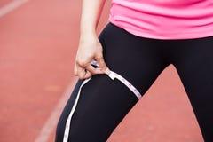Mujer deportiva con la cinta métrica Imagen de archivo libre de regalías
