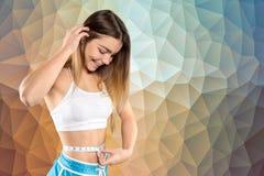Mujer deportiva con la cinta métrica Fotos de archivo libres de regalías