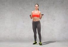 Mujer deportiva con la cuerda que salta Imagen de archivo