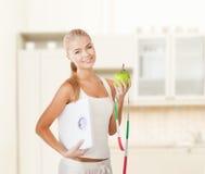 Mujer deportiva con la escala, la manzana y la cinta métrica Foto de archivo libre de regalías