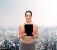 Mujer deportiva con la pantalla en blanco de la PC de la tableta Fotos de archivo libres de regalías