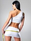 Mujer deportiva con las caderas de medición de la carrocería delgada Imagen de archivo libre de regalías